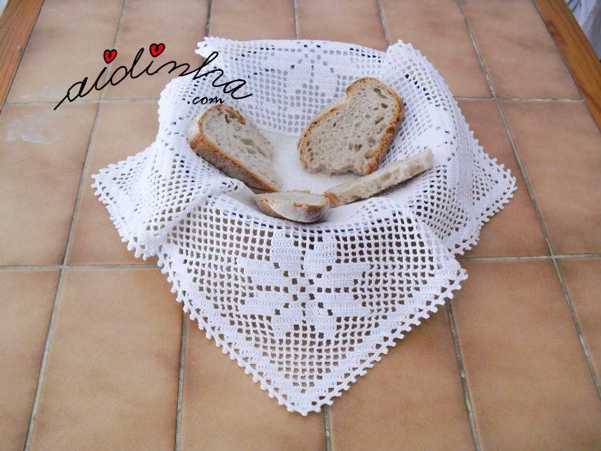Foto do pano colocado dentro do cesto do pão