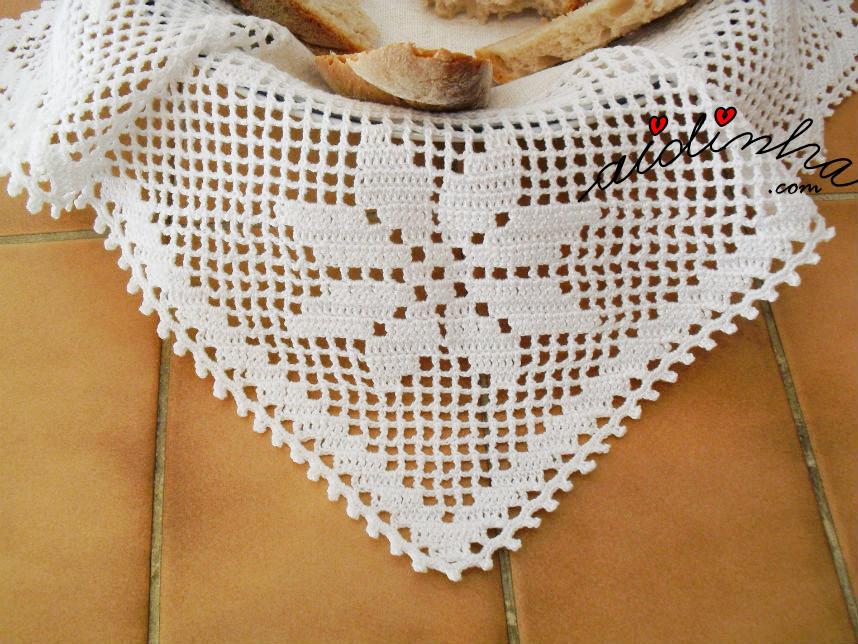 Foto do bico do pano colocado no cesto do pão