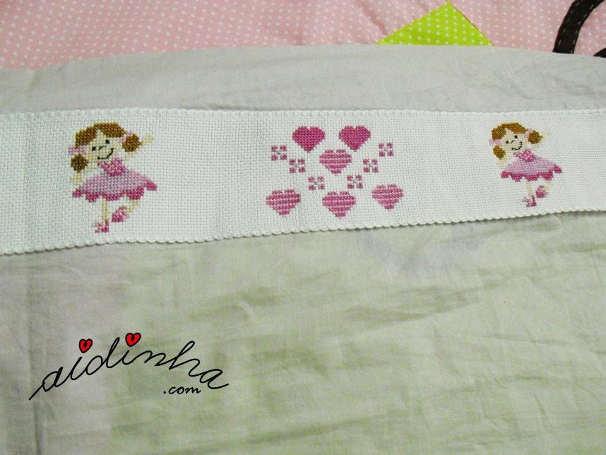 Vista do desenho da barra do lençol infantil, em ponto cruz