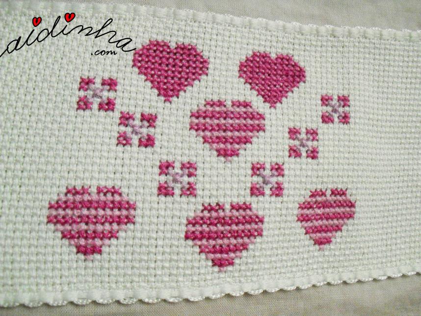 Conjunto de corações, em ponto cruz, do lençol infantil