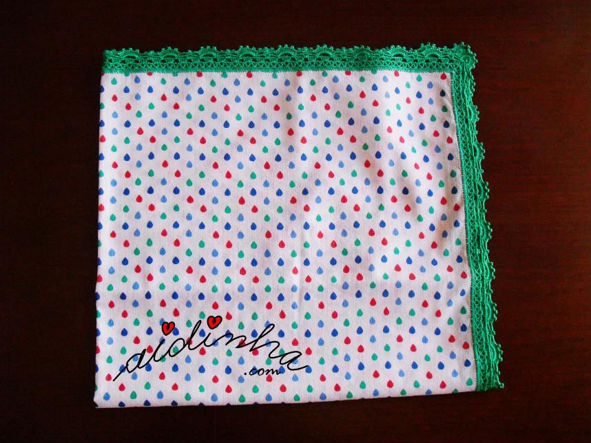 Outra vista do pano com picô de crochet verde