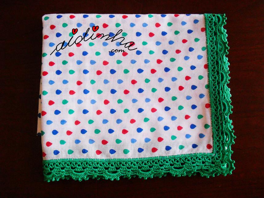 Vista do pano dobrado, com picô de crochet verde