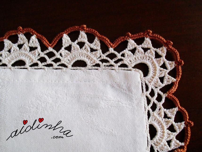 Pormenor do canto do picô de crochet da toalhinha mesa