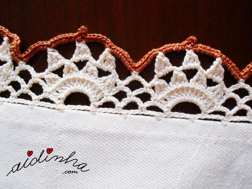 Detalhe do picô de crochet creme e castanho da toalhinha mesa