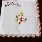 Toalhinha de mesa, com picô de crochet creme e castanho