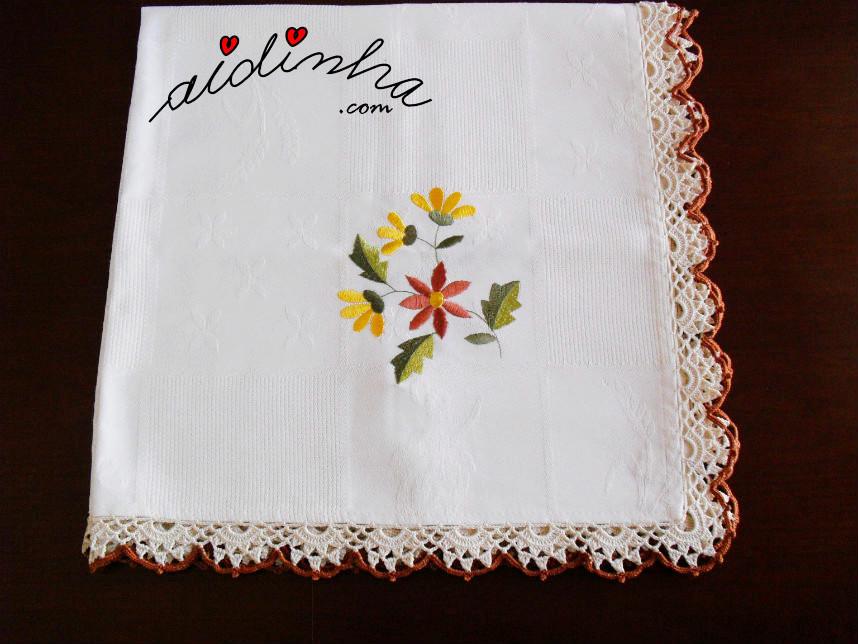 Toalhinha mesa com picô de crochet creme e castanho