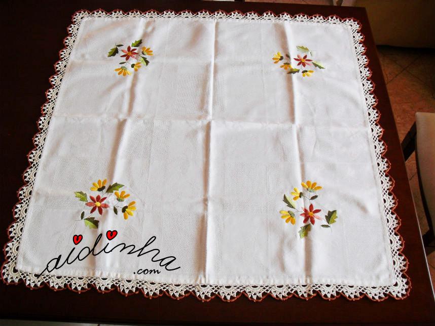 Vista geral da toalhinha mesa com picô de crochet