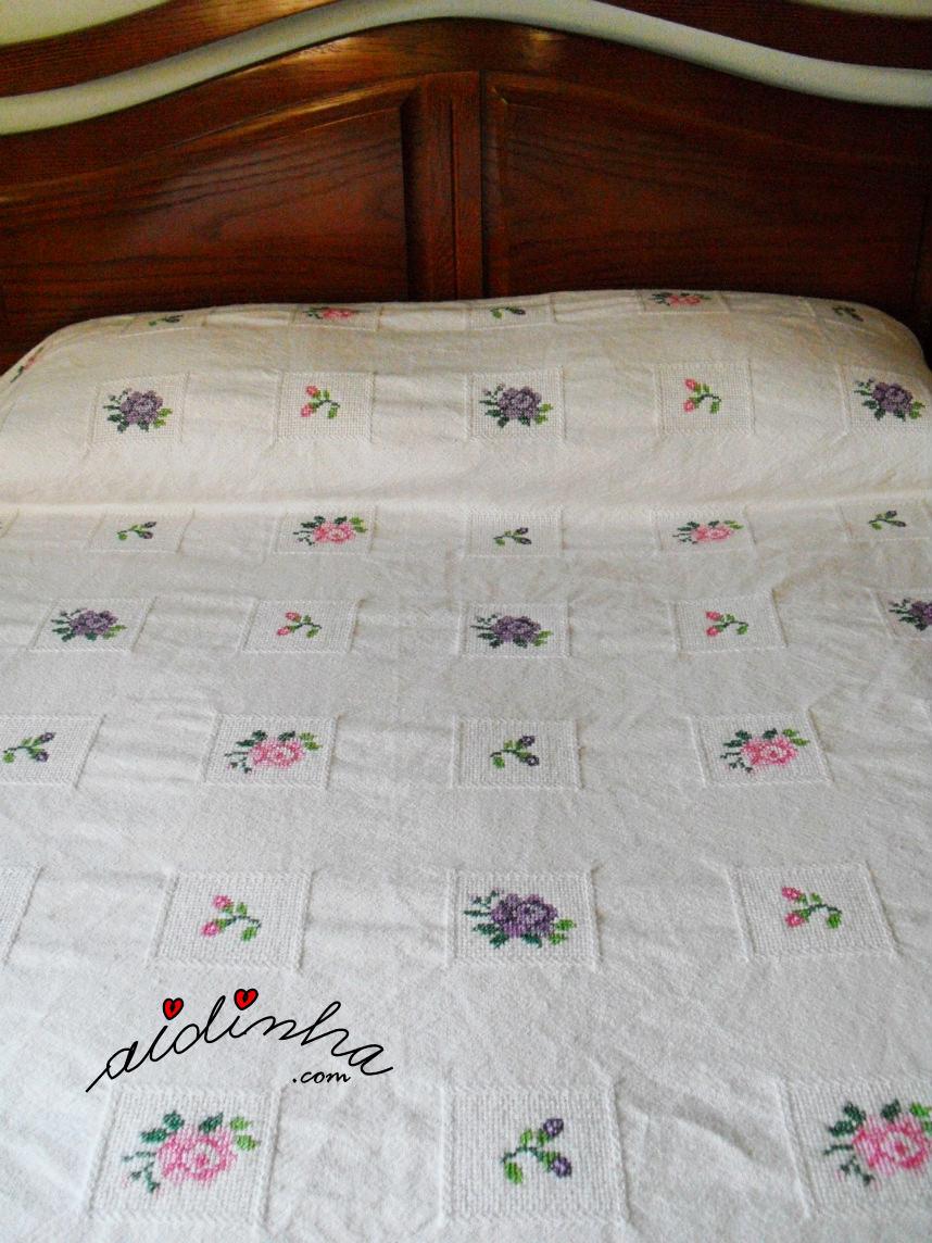 Parte central e travesseiro da colcha bordada em ponto cruz