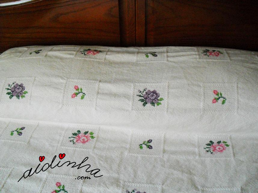 Foto do travesseiro da colcha em ponto cruz