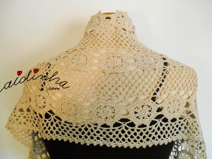 Foto da estola de crochet creme, vista por detrás