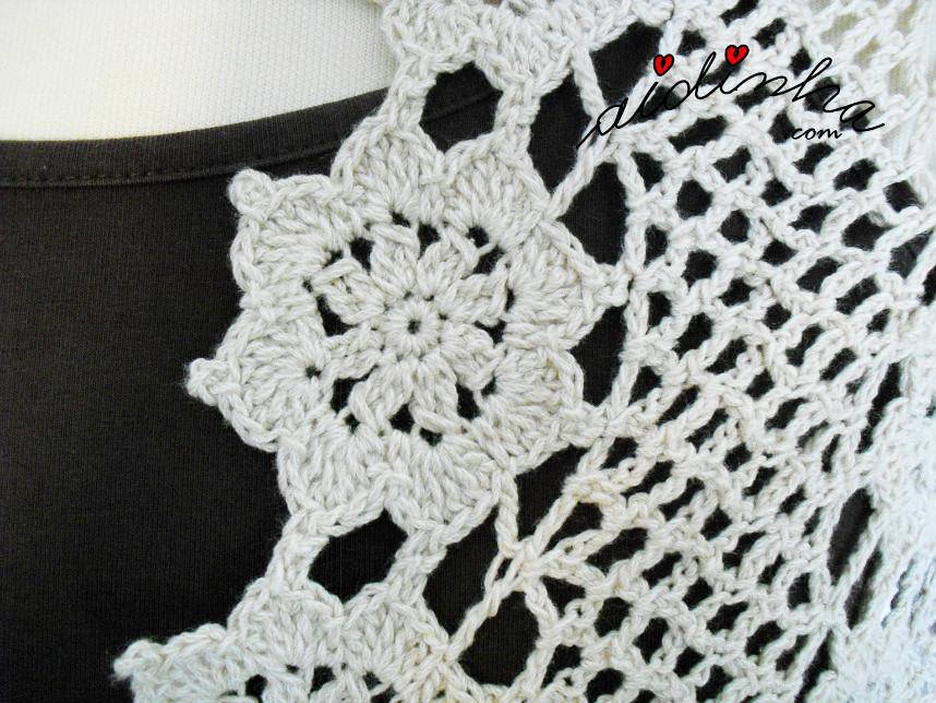 Vista de perto, a roseta de crochet desta estola