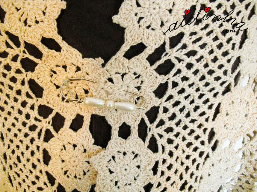 Parte da frente da estola de crochet creme