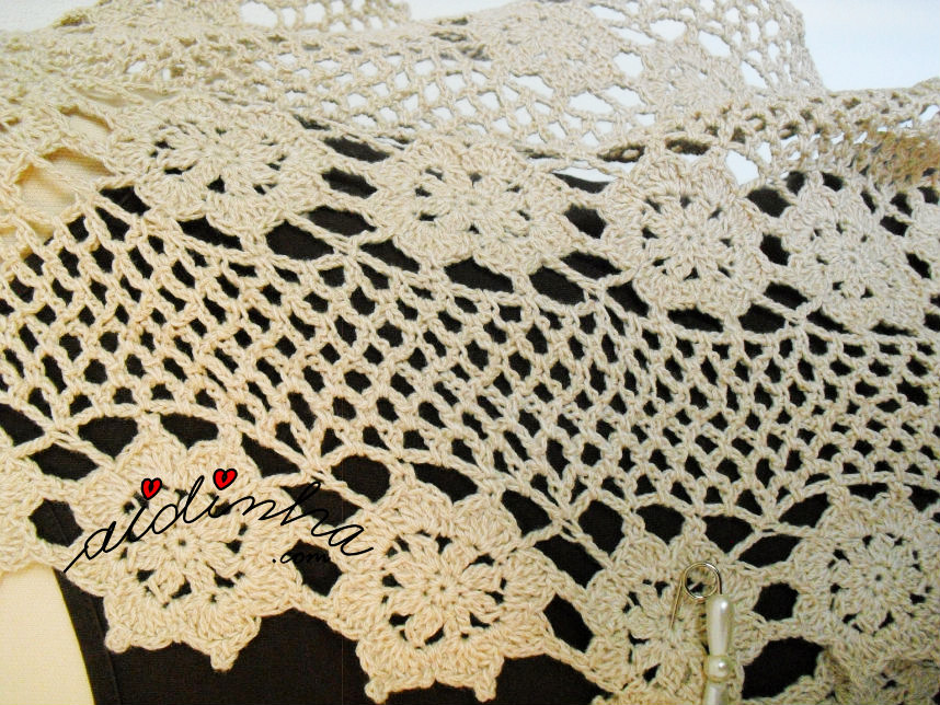 Foto das rosetas e dos arquinhos da estola de crochet