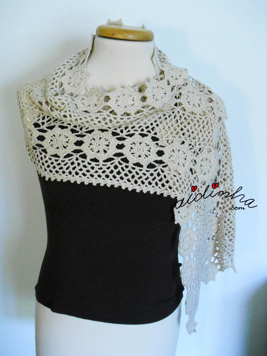 Vista estola de crochet, com rosetas, traçada
