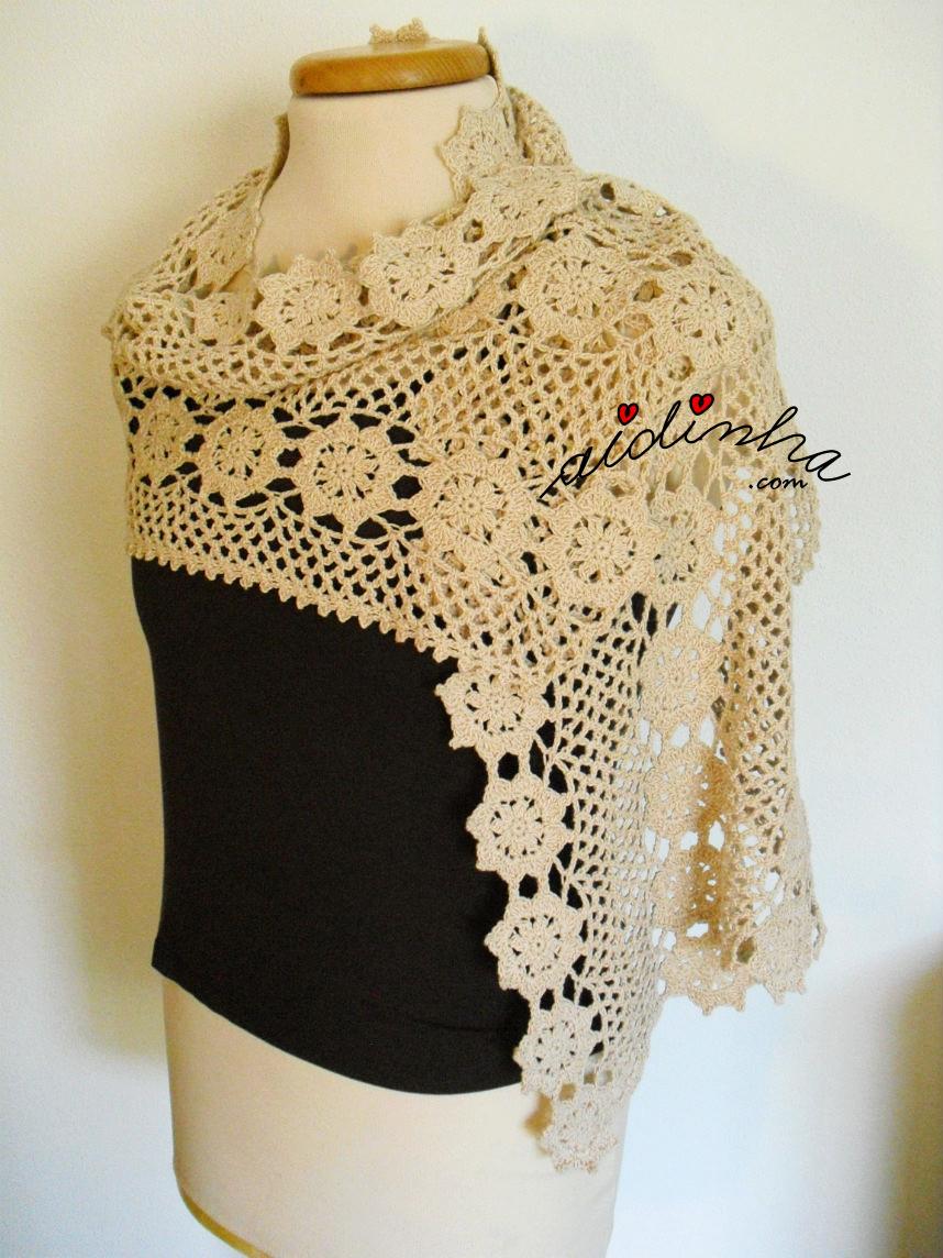 Vista da estola, em crochet, traçada e de lado