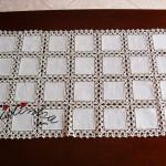 Naperon/caminho de mesa com quadrados de linho e crochet