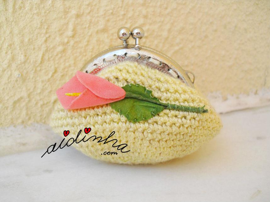 Bolsa, em crochet, na cor amarelo com flor salmão