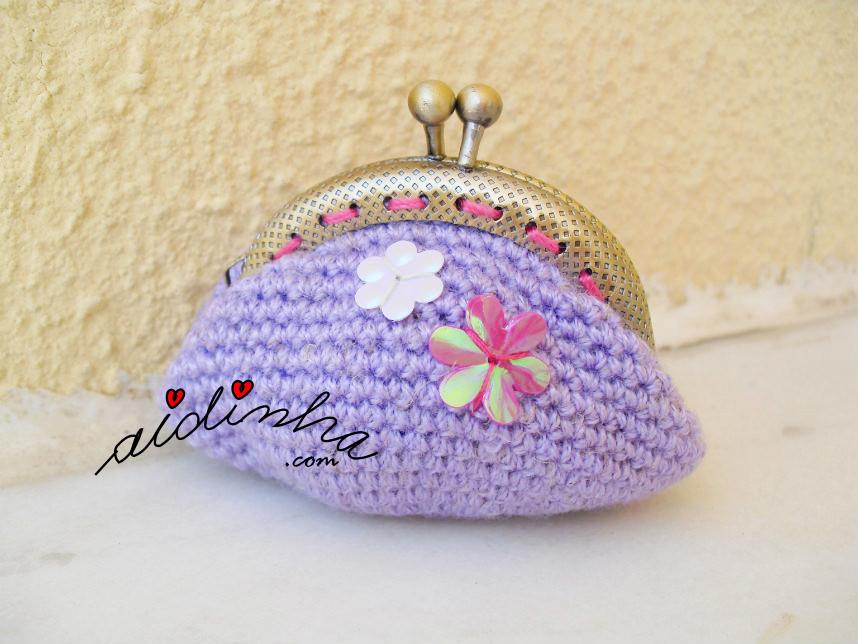 Bolsa, em crochet, lilás com pequenas flores cosidas