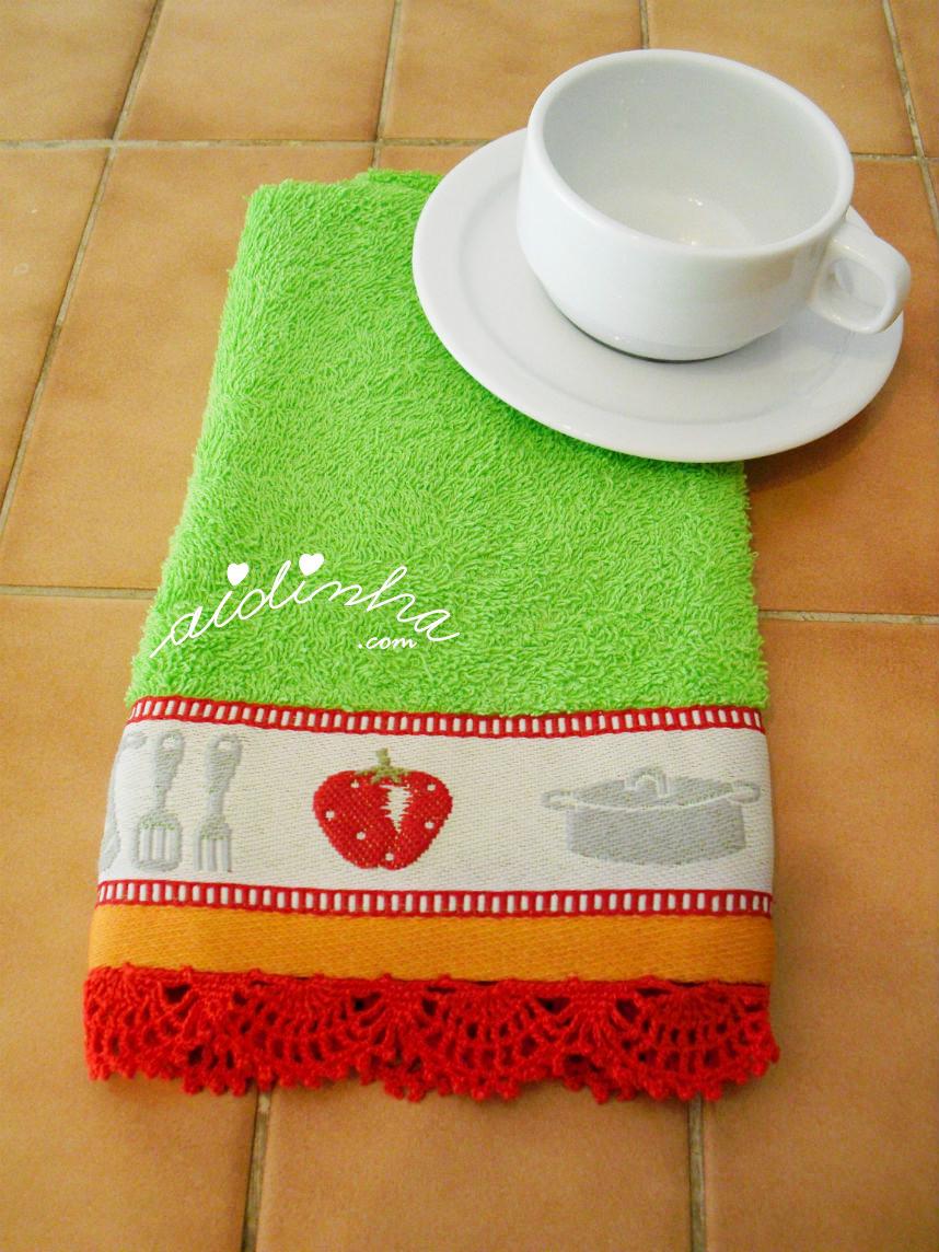 Vista do pano dobrado com picô de crochet vermelho