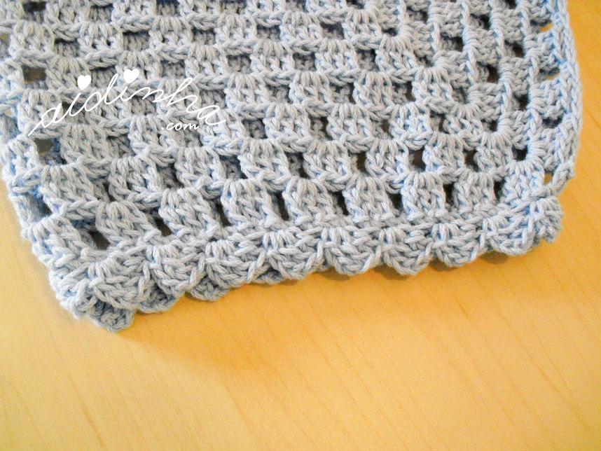 Punho da manga do casaco de crochet azul