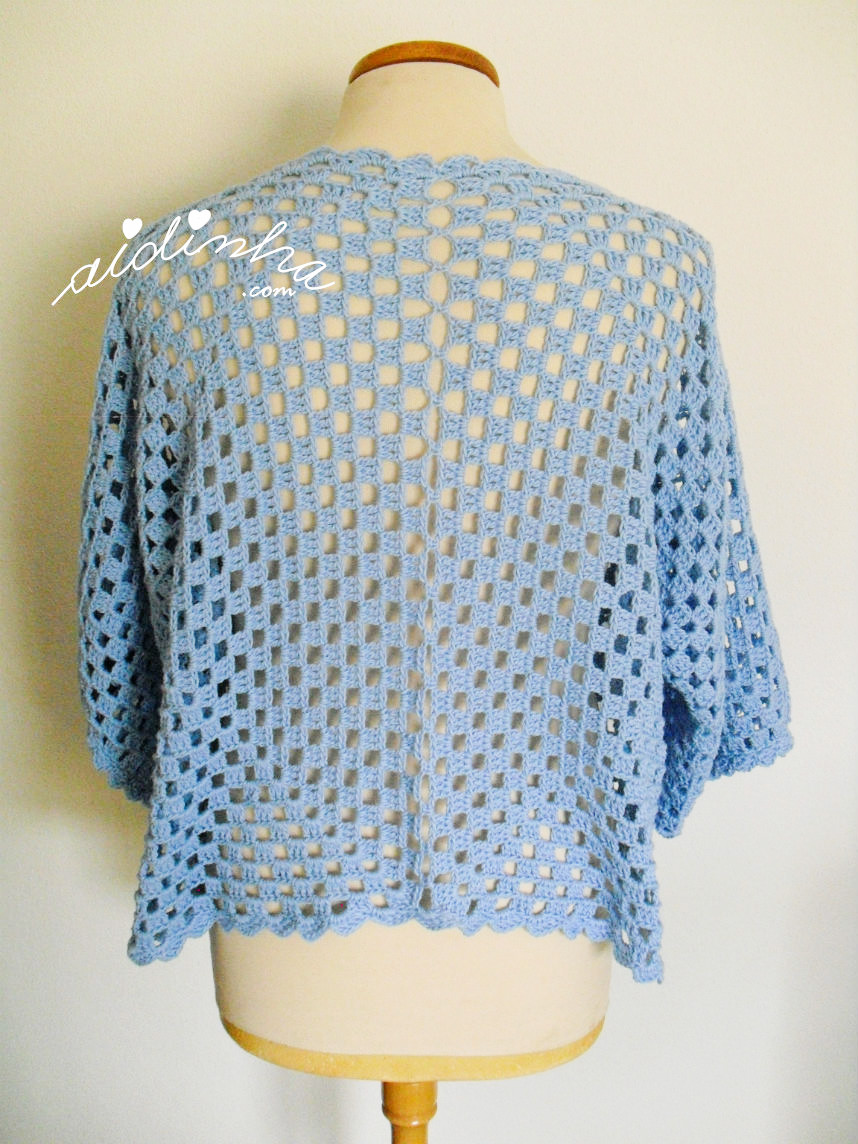 Parte detrás do casaco de crochet azul