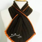 """Gola """"Graciosa"""" em crochet, castanha com picô laranja"""