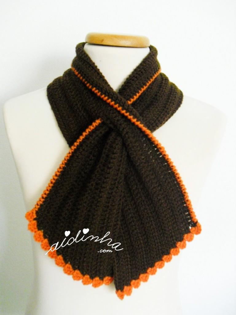 Gola graciosa, em crochet, castanha com picô laranja