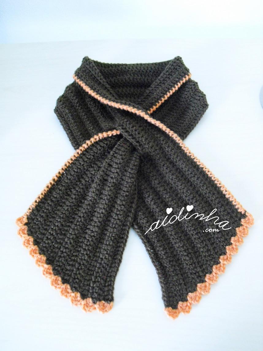 Outra vista da gola graciosa em crochet, castanha