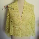 Estola, em crochet, com quadrados, amarelo claro