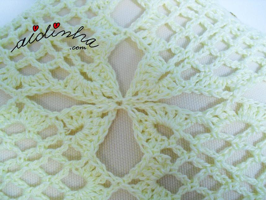 Foto do pegamento dos cantos dos quadrados de crochet da estola