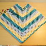 Poncho infantil, em crochet, em tons de azul e pérola