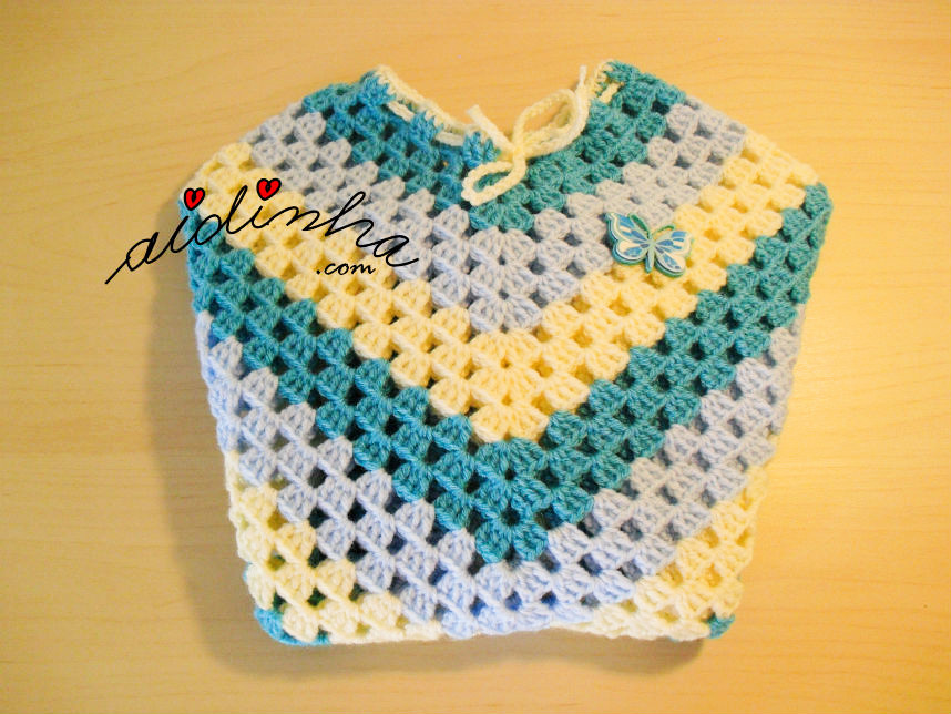 Poncho infantil, de crochet, dobrado