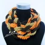 """Gola """"Rapunzel"""", em crochet, nas cores castanho, creme e laranja"""