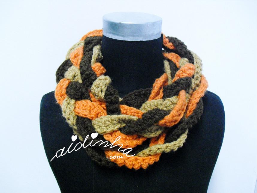 Gola Rapunzel, em crochet, nas cores castanho, creme e laranja