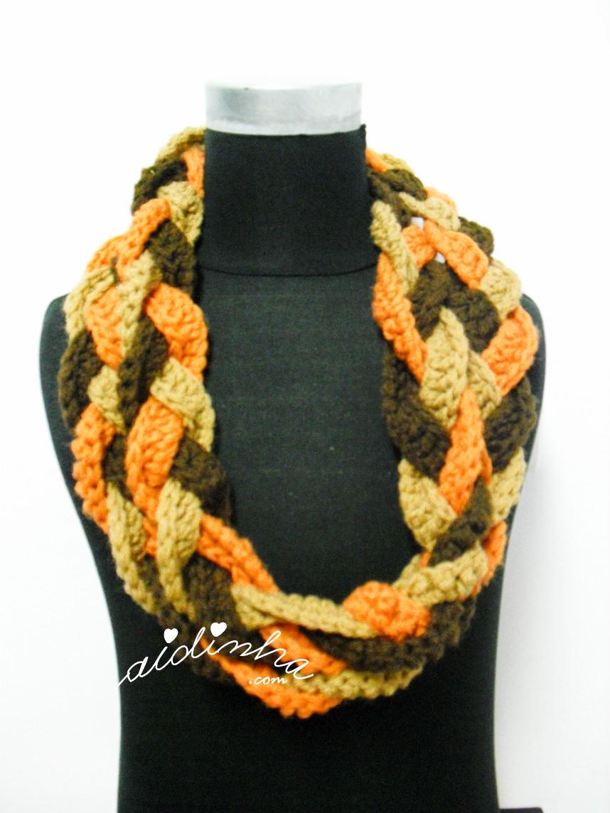 Gola de crochet, com duas voltas, nas cores castanho, creme e laranja