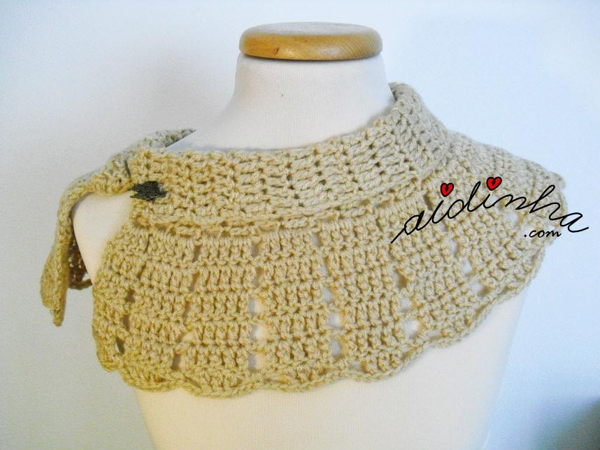 Foto da pelerine creme, de crochet, usada de lado