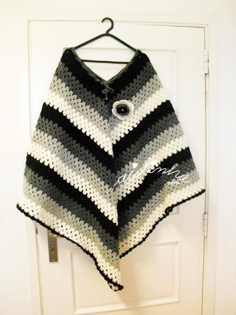 Poncho em crochet, com quatro cores
