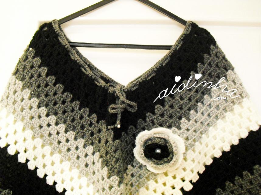 foto da parte do decote da frente do poncho de crochet