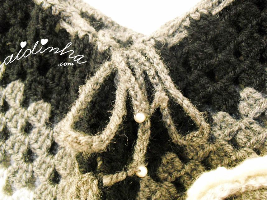 Pormenor do decote do poncho de crochet