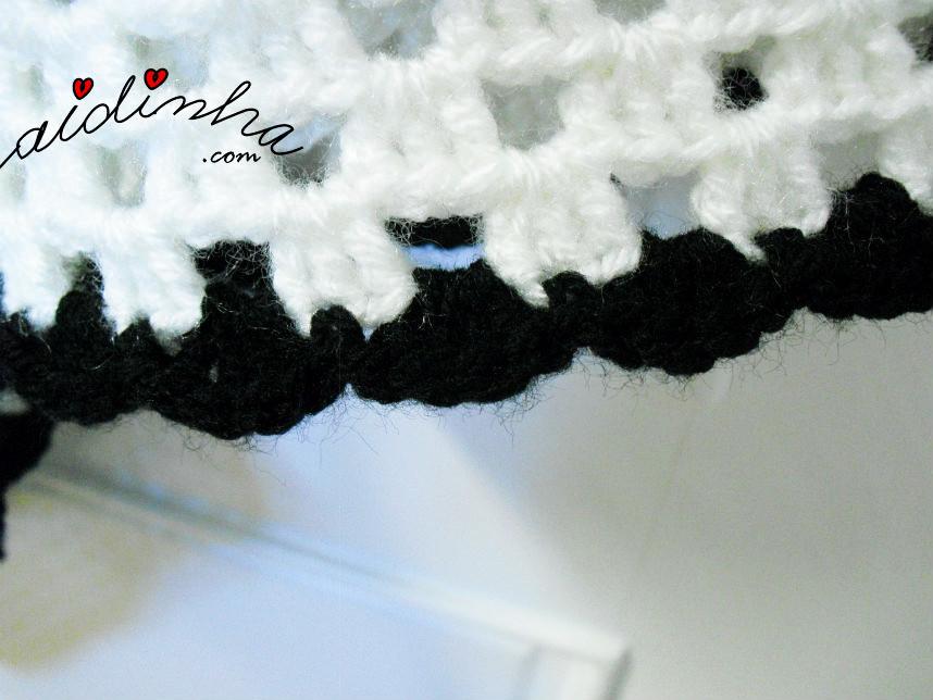 Foto do remate da última volta do poncho de crochet