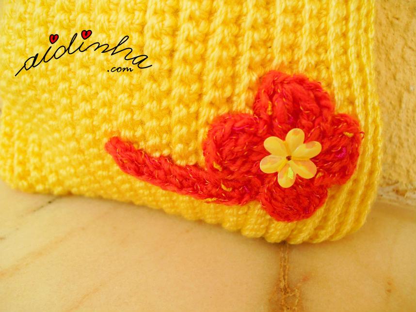 Pormenor da flor, de crochet, com pé