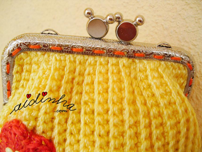 Imagem do fecho da bolsa de crochet amarela, cosido manualmente