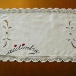 Naperon/caminho de mesa, com renda de crochet e bordado à máquina