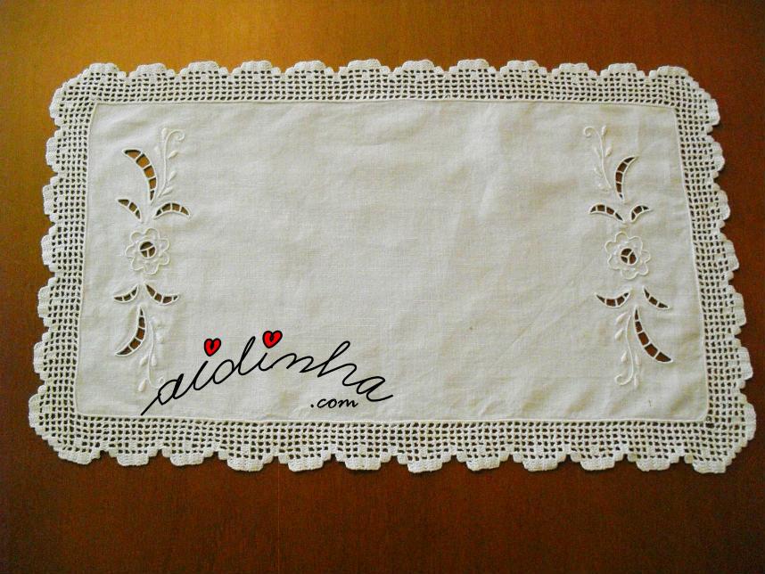 Naperon/caminho mesa, bordado à máquina e com renda de crochet