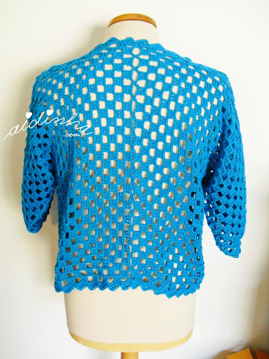 Imagem das costas do casaco de crochet turquesa