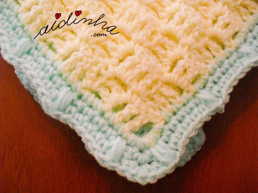 Imagem do canto da manta de crochet amarela