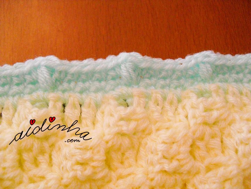 Pormenor das voltas de acabamento da manta de crochet, para bébé