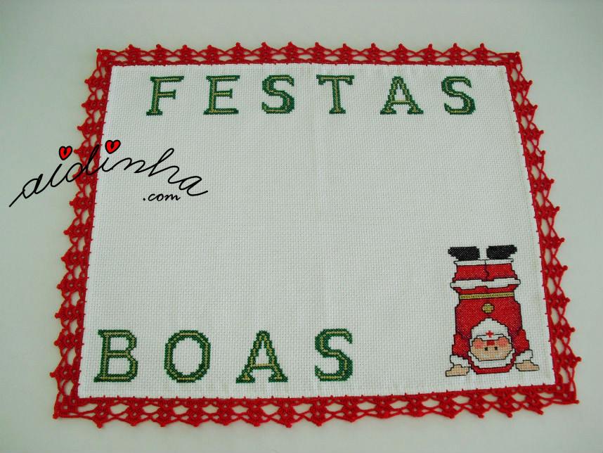 Individual com picô de crochet vermelho e motivo natalicio