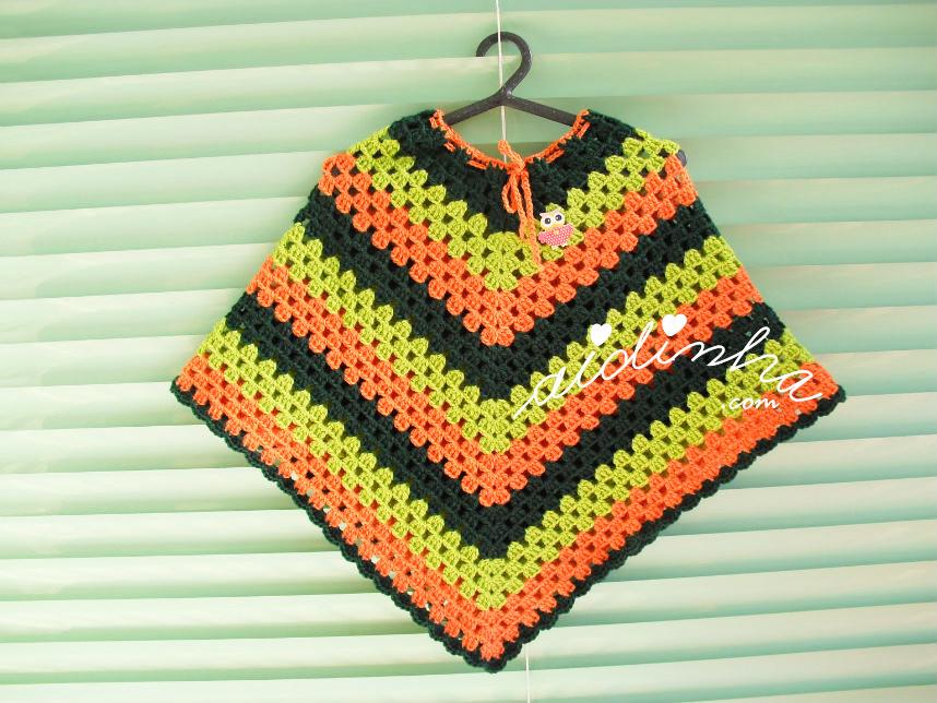 Poncho infantil, em crochet, nas cores verde e laranja