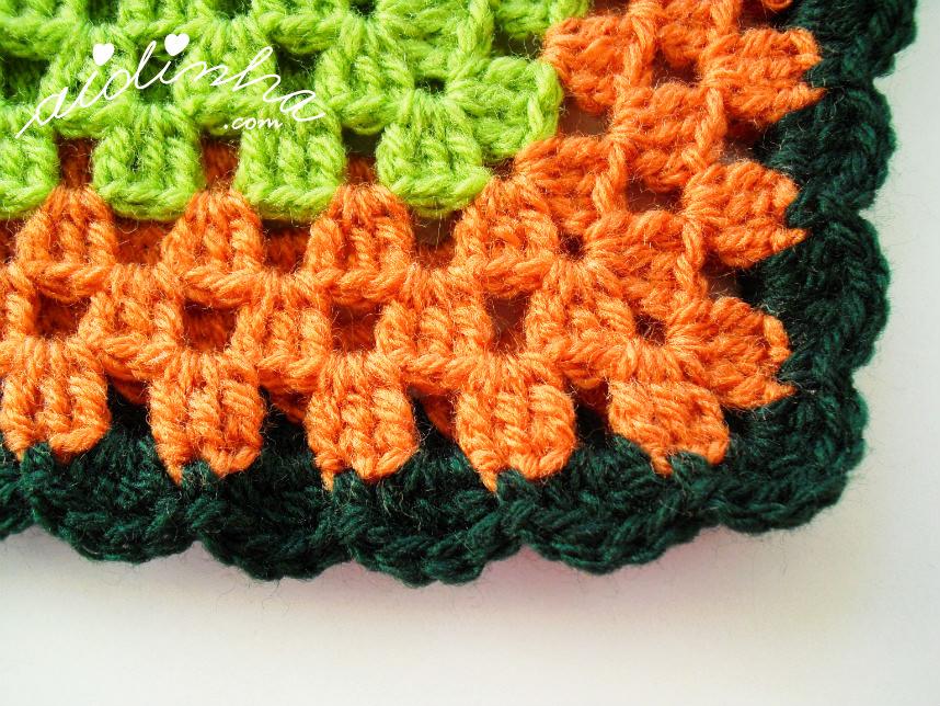 Carreira de acabamento do poncho infantil de crochet